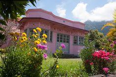 Case créole rose à Cilaos Case Creole, House Styles, Rose, Home Decor, Vacation Resorts, Homes, Pink, Decoration Home, Room Decor