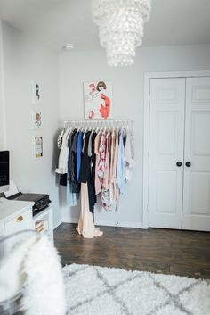 Home Office Decor Casual Outfits For Moms, Casual Winter Outfits, Mom Outfits, White Office Decor, Cute Room Ideas, Best Blogs, Wardrobe Rack, Interior, Modern