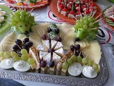 Arrange picture result for cheese plate, result # Cheese plate Party Finger Foods, Snacks Für Party, Appetizers For Party, Food Platters, Cheese Platters, Tapas, Food Garnishes, Party Buffet, Brunch Party