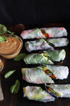 This Rawsome Vegan Life: fresh summer rolls with basil, avocado, kale + spicy garlic peanut sauce. I love summer rolls. Healthy Recipes, Raw Food Recipes, Asian Recipes, Healthy Snacks, Vegetarian Recipes, Healthy Eating, Cooking Recipes, Veggie Recipes, Cooking Tips