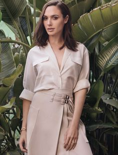 'Wonder Woman' actress Gal Gadot elegant for editorial shoot. Gal wears a Burberry trench coat, exposing half of the shoulder for cover Alexandra Daddario, Kate Beckinsale, Gal Gadot Style, Charlize Theron, Gal Gabot, Diana, Craig Mcdean, Gal Gadot Wonder Woman, Look Thinner
