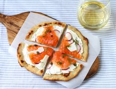 Smoked salmon radishes and herbed Snofrisk cheese tops this easy flat bread pizza. Seafood Recipes, Snack Recipes, Drink Recipes, Healthy Recipes, Smoked Salmon Pizza, Flatbread Pizza Recipes, No Cook Meals, Food For Thought, Soul Food