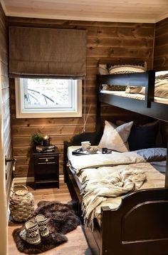 Gjesterom på hytta står alltid klart for besøk Cabin Homes, Log Homes, Cabin Design, House Design, Mountain Cabin Decor, Mountain Cottage, Scandinavian Cabin, Guest Cabin, Cottage Interiors