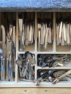 Skuff med kniver og teskjeer