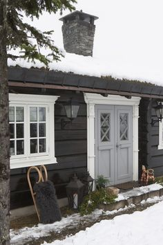 This feels like a fairytale cottage. Home exterior inspiration Scandinavian Cabin, Norwegian House, Unique Garden, Mountain Cottage, Cabin Interiors, Design Interiors, Cabins And Cottages, Wooden House, Cabins In The Woods