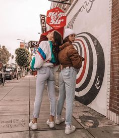 Emma Chamberlain and Olivia Rouye Best Friend Pictures, Bff Pictures, Cute Photos, Bff Pics, Cute Friends, Best Friends, Best Friend Fotos, Tumblr Bff, Friend Poses