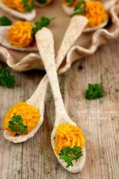 Lingurite crocante cu mac, reteta aperitiv pentru Craciun. Mod de preparare si ingrediente lingurite crocante cu mac si faina integrala. Lingurite umplute cu crema de cartofi si morcovi.