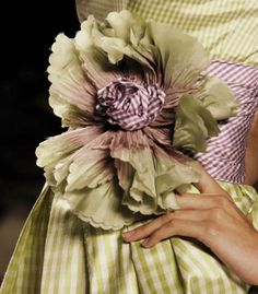 gorgeous gingham ballgown with flower detail Handmade Flowers, Diy Flowers, Fabric Flowers, Cloth Flowers, Couture Details, Fashion Details, Art Textile, Bill Blass, Green And Purple