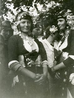 Photo of a married woman wearing the costume of Gidas (Alexandreia), Imathia, Macedonia.Creation Date: Institution: Peloponnesian Folklore Foundation Provider: Europeana Fashion Providing Country: Greece Greek Traditional Dress, Traditional Outfits, Married Woman, Moving Pictures, Folk Costume, Macedonia, Old Photos, Greek Costumes, Greece