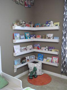 Organiza juguetes y libros con canalones ..  super idea
