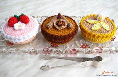 crochet food / cake box (+ free russian pattern) - no english :( Crochet Pincushion, Crochet Cake, Crochet Food, Cute Crochet, Crochet For Kids, Crochet Crafts, Crochet Dolls, Russian Pattern, Amigurumi Patterns