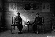 CHINA. Shandong Province. 1993. Sisters sitting at home.
