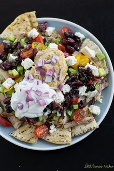A much healthier and colorful appetizer, Mediterranean nachos are chock full of Middle East flavors.A much healthier and colorful appetizer, Mediterranean nachos are chock full of Middle East flavors. Mediterranean Diet Recipes, Mediterranean Dishes, Super Bowl Essen, Appetizer Recipes, Appetizers, Dinner Recipes, Clean Eating, Healthy Snacks, Healthy Recipes