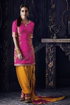 Georgette Rose Pantalons Churidar Avec Orange, Rose Shantoon Dupatta Conception No. DMV13065 Prix- 87,04  Type de robe: Ensemble Pantalons Tissu: Georgette Couleur: Rose  Décoration: brodé, Resham, pierre, Zari Pour plus de détails: - http://www.andaazfashion.fr/pink-georgette-churidar-suit-with-orange-pink-shantoon-dupatta-dmv13065.html