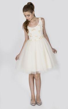 Teen Collection 2018 - Ateliê Esther Bauman Acquastudio.  Vestido off white; regata com flores de tecido aplicadas, com cristais rosa; saia de tule off white.
