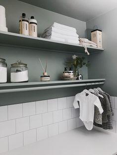 MOE of Sweden - På första hyllplanet tvättmedel i stora burkar, lite härliga tvålar och doftolja i snygga förpackningar från Humdakin.