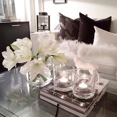 Home Design Salon Black & White. So Chic Table Decor Living Room, Home Living Room, Apartment Living, Decoration Inspiration, Room Inspiration, Fashion Inspiration, Glamour Decor, Decorating Coffee Tables, Home And Deco