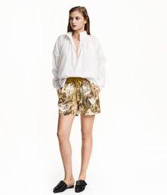 Weiß. CONSCIOUS EXCLUSIVE. Weite Bluse aus weicher Bio-Baumwolle. Die Bluse hat einen hohen Stehkragen, Knöpfe vorn und oben einen Kordelzug. Überschnittene