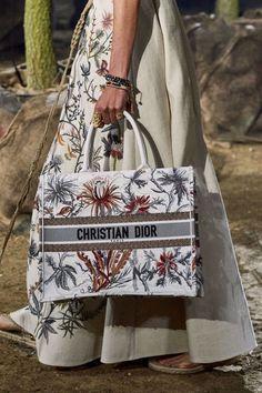 BAGS : Christian Dior Spring 2020 Paris Fashion Week Dior Bag Ideas of Dio - 2020 Fashions Woman's and Man's Trends 2020 Jewelry trends Fashion Week Paris, Fashion Weeks, Vogue Paris, Dior Paris, Fashion Bags, Fashion Show, Fashion Trends, Fashion Scarves, Fashion Plates