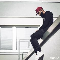 Distorted People Streetstyle : All Red BB Blades Snapback, Black Head or Tails Hoodie, Monochrome White ''Son of Blades'' Premium Sneaker, combined with a black denim jeans