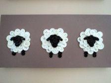 Tre pecore pulsante creano una martellata attaccatura di parete per il di tuo piccolo uno camera da letto o vivaio. Pecore sono in bianchi e nero pulsanti e stanno su un 8 x 16 tela dipinta. Scegli il tuo colore di sfondo.
