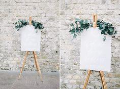 Een super mooi welkomstbord voor een bruiloft met een licht thema foto: Iep Bergsma