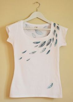 Feathers Hand Painted Women T-shirt by Christeesandtops on Etsy Camiseta  Costumizadas b7e5e5edb7e