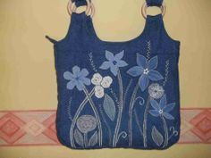 What a difference applique can make to a simple bag. Love the touch of lace and the use of fancy machine stitches too .