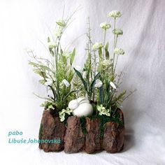 Zátiší se zajíčkem (223) Trvanlivá dekorace s jarní tématikou. Použitý materiál: kůra, mech, umělé květiny, doplněno větvičkami a keramickým zajíčkem. Pohledově zajímavá dekorace ze všech stran. Celková výška dekorace: 45 cm, šířka: 28 cm. Spring, Plants, Flora, Plant, Planting
