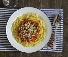 Een lekkere snelle en makkelijke pasta maaltijd met tonijn en paprika. De kappertjes, knoflook en chilipeper maken het extra lekker.