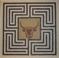 Mosaïque datant de la Grèce antique, elle représente le labyrinthe crée par Dédale, le Minotaure se trouve en son centre