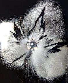 Купить или заказать Брошь из меха лисы «Ледяной цветок» в интернет-магазине на Ярмарке Мастеров. Брошь-цветок «Ледяной цветок» из меха платиновой и полярной лисы с добавлением натуральной кожи и бусин. Готовая работа. Очарование серебристого меха подчёркивают блестящие резные листочки из кожи. Эта брошь будет стильно смотреться на вечернем наряде, украсит шарф, палантин, сумочку, горжетку. Прекрасный подарок для женщины в любом возрасте и для любого события.