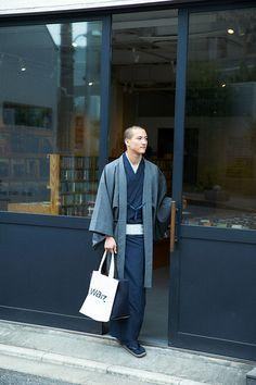 羽織 / シルクウール / 万筋 / Black(With tailoring) Male Kimono, Kimono Coat, Kimono Fabric, Kimono Dress, Japanese Men, Japanese Kimono, Japan School Uniform, Muji Style, Modern Kimono