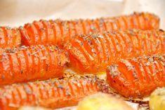Lækre hasselback gulerødder, hvor gulerødder skæres i skiver som med de kendte hasselback kartofler. Bages derefter i ovnen med timian. Hasselback gulerødder er nemme at lave, og så er de smukke når de serveres. Gulerødder skæres ud