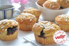 Muffins con ripieno #cheesecake Semplicissimi, veloci e deliziosi: i muffins sono dolci perfetti, non c'è che dire. Se, però, vogliamo prenderci una pausa da quelli più tradizionali, ogni tanto possiamo concederci una variante. Questi muffins riservano una sorpresa all'interno, un ripieno veramente goloso, dal sapore molto simile al cheesecake alla frutta. Due dolci in uno? Quasi, e col minimo sforzo.