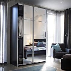 Les portes miroir PAX AULI reflètent un design moderne dans la chambre.