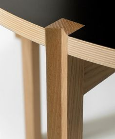 how to reconcile a square leg in a round table Diy Home Furniture, Furniture Legs, Plywood Furniture, Furniture Making, Modern Furniture, Furniture Design, Wood Joints, Woodworking Inspiration, Woodworking Joints