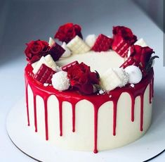 how to make an authentic red velvet layer cake with cream cheese frosting. If you've been wondering how to make a REAL red velvet cake, you need to try this recipe! Charlotte Torte, Charlotte Dessert, Cake Decorating Techniques, Cake Decorating Tips, Red Velvet Cake Decoration, Chocolate Cake Designs, Cake Chocolate, Rodjendanske Torte, Red Cake