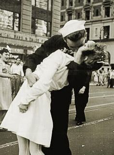 This picture of a sailor kissing a nurse in Times Square is not the famous photograph taken by Alfred Eisenstaedt but one taken simultaneously by Navy photographer Victor Jorgensen when the day the world war II end. Famous Photos, Iconic Photos, 2 Photos, Times Square, Leonardo Dicaprio En Titanic, Photo Choc, Cultures Du Monde, Kiss Photo, Foto Real