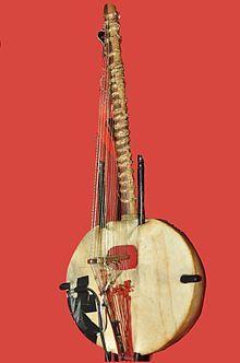 La kora se construye a partir de una calabaza grande cortada a la mitad, con una cubierta de cuero para lograr la caja de resonancia a lo que se le agrega un puente con muescas para transmitir la vibración de las cuerdas sujetas al mástil.  Instrumento Africano El sonido de la kora recuerda el del arpa, aunque cuando se toca de forma tradicional, se asemeja más al estilo de las guitarras flamencas.