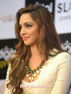 Kiara Advani Showcasing Her Super Sexy Legs and Cleavage At Film 'Fugly' Trailer Launch Event In Mumbai ★ Desipixer ★ Indian Bollywood Actress, Beautiful Bollywood Actress, Beautiful Indian Actress, Bollywood Fashion, Indian Actresses, Indian Celebrities, Bollywood Celebrities, Beautiful Celebrities, Beautiful Actresses