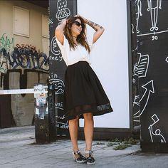 Estilo da israelense Shira Barzilay com saia midi preta + t-shirt branca.
