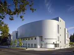 Image 9 of 10 from gallery of Crocker Art Museum / Gwathmey Siegel & Associates Architects. Photograph by Bruce Damonte Museum Architecture, Modern Architecture, Museum Of Modern Art, Art Museum, Architect House, Sacramento, School Design, Architects, Mansions