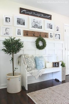 Stunning Farmhouse Entryway Decor Ideas - The first impression that guests have of your home are the decorations that are on your entryway. A lot of people spend quite a lot of money to decora. Rustic Entryway, Entryway Decor, Cottage Entryway, Entryway Console, Farmhouse Wall Decor, Country Decor, Cottage Farmhouse, Modern Farmhouse, Farmhouse Ideas