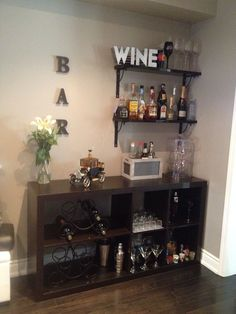 65 Best and Cool Home Bar Design Confused to make a bar room? On the topic of design for our favorite home is to discuss the design of the bar room that will be in our home. Diy Home Bar, Home Bar Decor, Bar Cart Decor, Bars For Home, Canto Bar, Bar Sala, Apartment Bar, Apartment Guide, Mini Bar