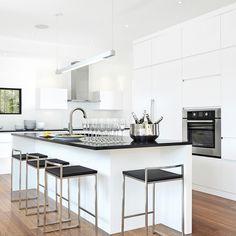Chameleon purity in the kitchen - floor Black Quartz Countertops, Kitchen Hardware, Chameleon, Kitchen Flooring, Contemporary Style, Storage Spaces, Kitchen Remodel, Sweet Home, Interior Design