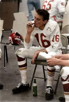 Kansas City Chiefs quarterback Len Dawson smokes a cigarette in the locker room at the first AFL-NFL World Championship Game (retrospectively known as Super Bowl I), Los Angeles Memorial Coliseum, Los Angeles, California, photograph by Bill Ray. Kansas City Chiefs Football, School Football, Nfl Football, American Football, Football Players, Baseball, Nfl Chiefs, American Sports, School Sports