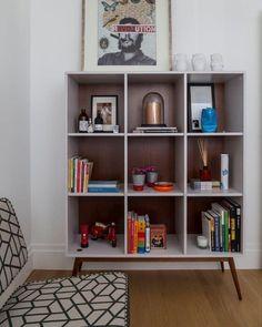 """""""Detalhes desse escritório em SP. Um quê de retrô nos móveis escolhidos e nos objetos dos clientes. Estante Oppa, sofá Desmobília com tecido Tamtum e piso…"""""""