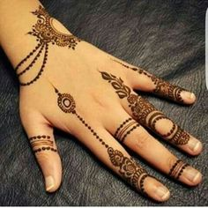 Simple Mehendi designs to kick start the ceremonial fun. If complex & elaborate henna patterns are a bit too much for you, then check out these simple Mehendi designs. Finger Henna Designs, Mehndi Designs For Girls, Mehndi Designs 2018, Modern Mehndi Designs, Mehndi Designs For Fingers, Mehndi Design Pictures, Beautiful Henna Designs, Simple Mehndi Designs, Henna Tattoo Designs