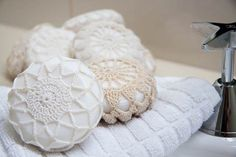 Crochet Covered Soaps from Anthropologie Knockoff = How to make doily covered soaps…Loofah & soap in one…yep! pretty soaps are similar to the retired Crochet Covered Soaps from Anthropologie. Doilies Crafts, Crochet Doilies, Crochet Lace, Crochet Motif, Dollar Store Crafts, Dollar Stores, Crochet Projects, Craft Projects, Mode Crochet